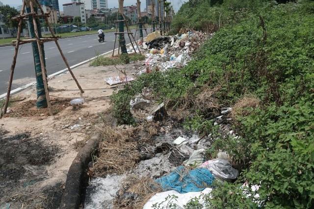Ngổn ngang rác thải cạnh tuyến đường hàng chục tỉ đồng vừa mới xây - Ảnh 2.