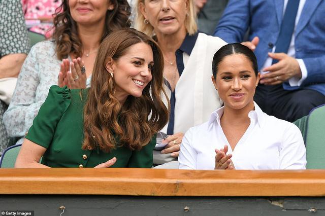 """Công nương Kate chứng tỏ đẳng cấp """"chị đại"""" trước em dâu bằng một loạt hành động ghi điểm nhưng phản ứng của Meghan Markle khiến nhiều người phải """"ngứa mắt"""" - Ảnh 2."""
