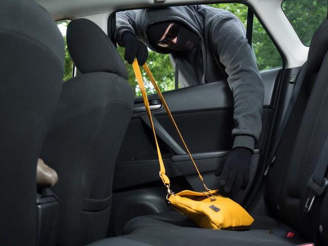 Nhìn thấy chai nhựa rỗng kẹp giữa lốp và thân xe: Tài xế đặc biệt lưu ý - Ảnh 3.