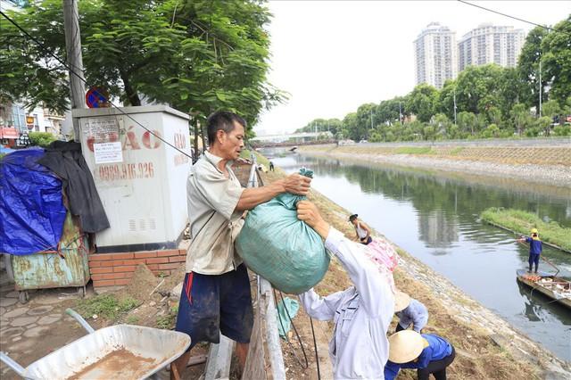 Hành trình phủ xanh cỏ lá tre trên kè sông Tô Lịch - Ảnh 3.