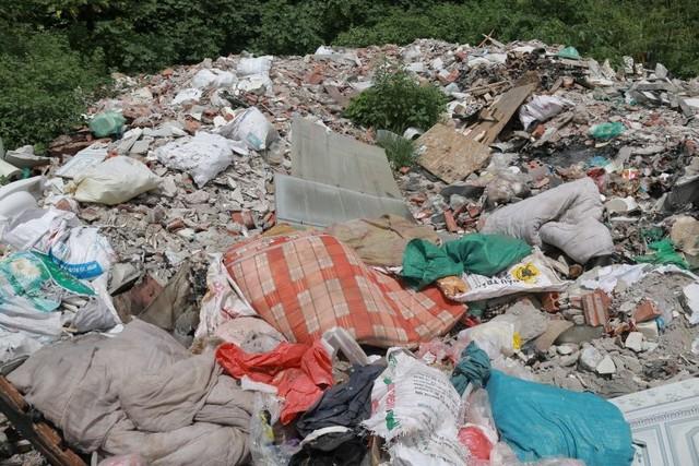 Ngổn ngang rác thải cạnh tuyến đường hàng chục tỉ đồng vừa mới xây - Ảnh 3.