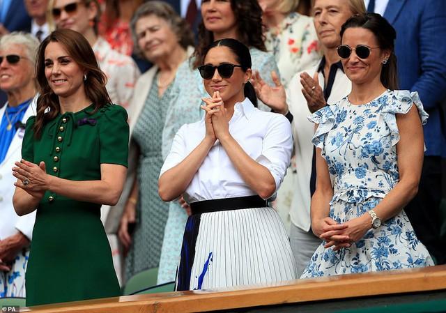 Màn so găng gây thất vọng giữa Công nương Kate và em dâu Meghan trong sự kiện mới nhất: Người bị chê quê mùa, kẻ bị kêu trông thật khủng khiếp - Ảnh 4.