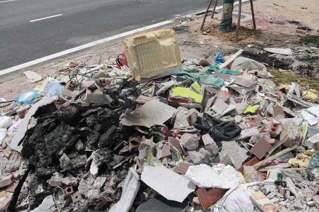 Ngổn ngang rác thải cạnh tuyến đường hàng chục tỉ đồng vừa mới xây - Ảnh 4.