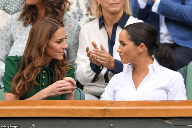"""Công nương Kate chứng tỏ đẳng cấp """"chị đại"""" trước em dâu bằng một loạt hành động ghi điểm nhưng phản ứng của Meghan Markle khiến nhiều người phải """"ngứa mắt"""" - Ảnh 5."""