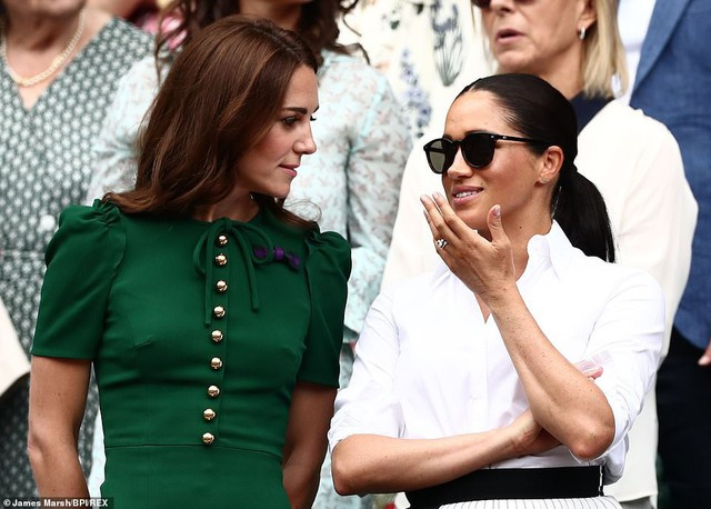 """Công nương Kate chứng tỏ đẳng cấp """"chị đại"""" trước em dâu bằng một loạt hành động ghi điểm nhưng phản ứng của Meghan Markle khiến nhiều người phải """"ngứa mắt"""" - Ảnh 7."""
