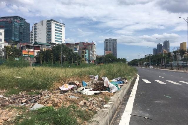 Ngổn ngang rác thải cạnh tuyến đường hàng chục tỉ đồng vừa mới xây - Ảnh 9.