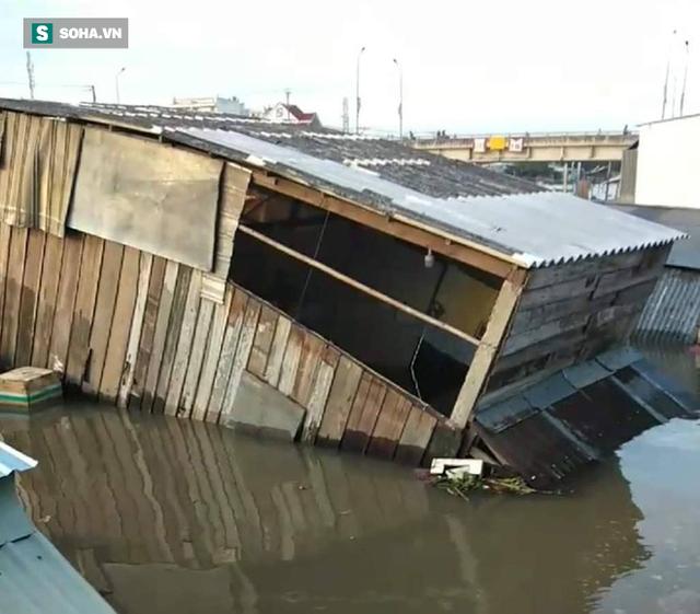 Sạt lở bờ sông Nha Mân, 5 căn nhà chìm dưới nước - Ảnh 1.