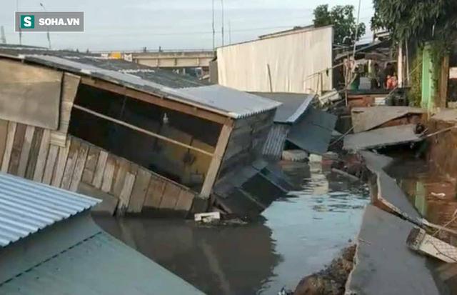 Sạt lở bờ sông Nha Mân, 5 căn nhà chìm dưới nước - Ảnh 2.