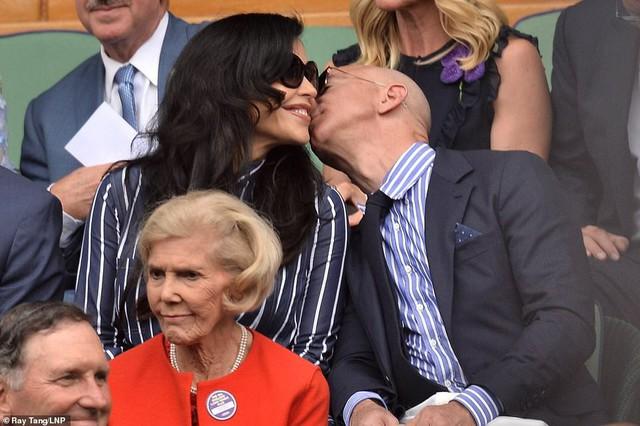 """HOT: Tỷ phú Amazon xuất hiện công khai, trao nụ hôn đắm đuối bên người tình nhưng nhan sắc của """"kẻ thứ 3"""" khiến ai cũng giật mình phát sợ - Ảnh 1."""