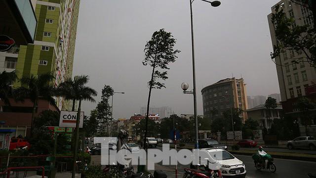 Hà Nội nổi mưa dông sau ngày đầu tuần nắng như đổ lửa - Ảnh 1.
