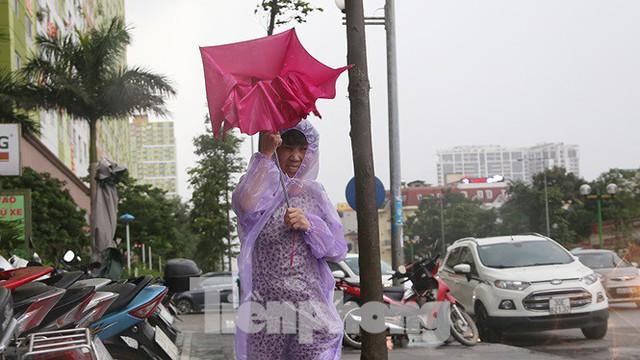 Hà Nội nổi mưa dông sau ngày đầu tuần nắng như đổ lửa - Ảnh 2.