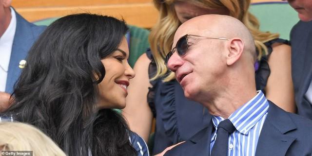 """HOT: Tỷ phú Amazon xuất hiện công khai, trao nụ hôn đắm đuối bên người tình nhưng nhan sắc của """"kẻ thứ 3"""" khiến ai cũng giật mình phát sợ - Ảnh 4."""