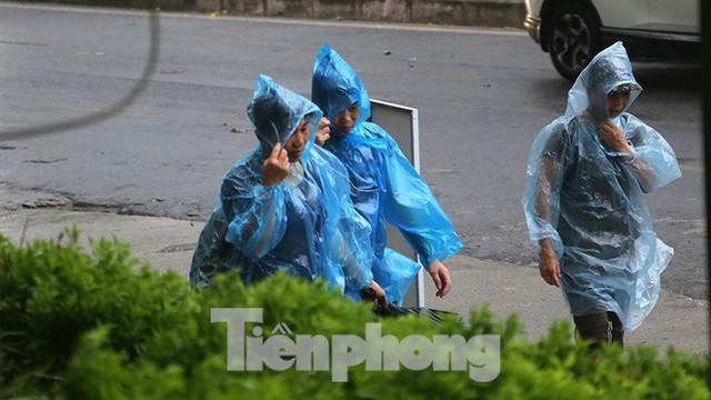 Hà Nội nổi mưa dông sau ngày đầu tuần nắng như đổ lửa - Ảnh 6.