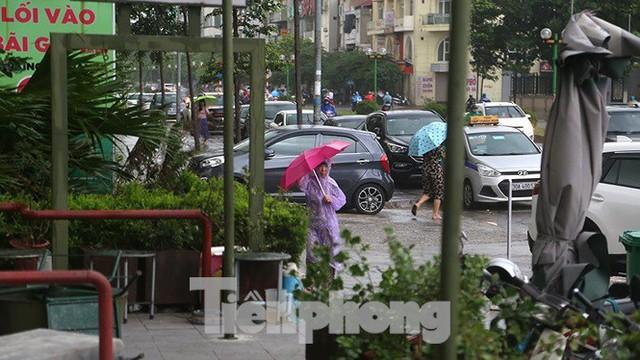 Hà Nội nổi mưa dông sau ngày đầu tuần nắng như đổ lửa - Ảnh 8.