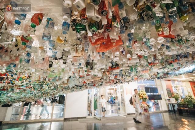 500kg rác thải treo lơ lửng trên đầu: Triển lãm ấn tượng ở Hà Nội khiến người xem ngộp thở - Ảnh 1.