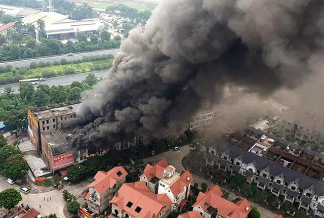 Ảnh: Hiện trường 4 biệt thự gần Thiên Đường Bảo Sơn bị lửa thiêu rụi - Ảnh 1.