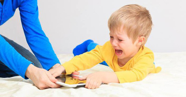 Sử dụng điện thoại như một vú em, cha mẹ không hay biết tác hại khủng khiếp với con mình - Ảnh 1.