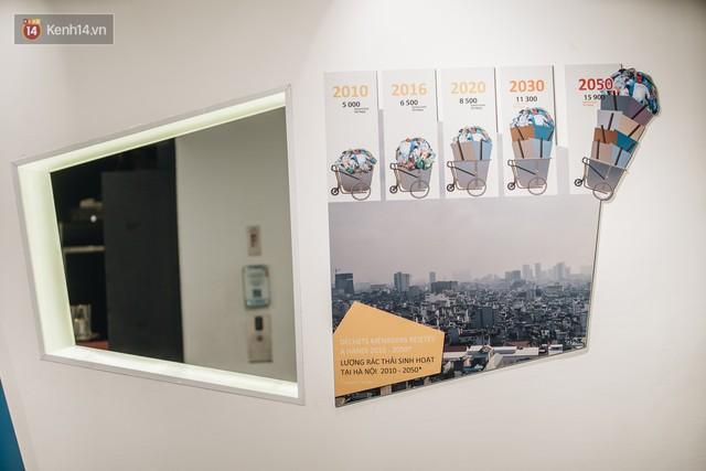 500kg rác thải treo lơ lửng trên đầu: Triển lãm ấn tượng ở Hà Nội khiến người xem ngộp thở - Ảnh 12.