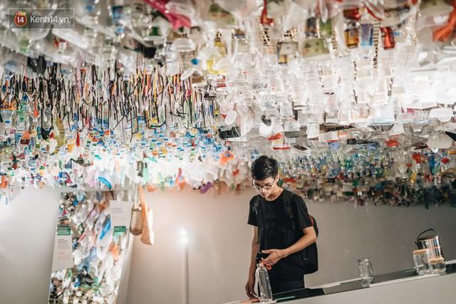 500kg rác thải treo lơ lửng trên đầu: Triển lãm ấn tượng ở Hà Nội khiến người xem ngộp thở - Ảnh 14.