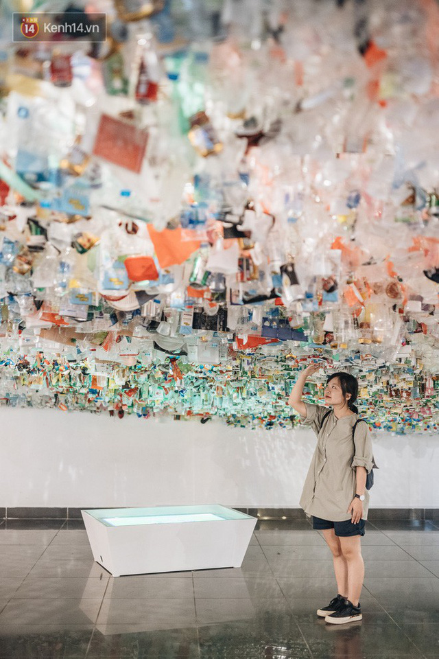 500kg rác thải treo lơ lửng trên đầu: Triển lãm ấn tượng ở Hà Nội khiến người xem ngộp thở - Ảnh 16.