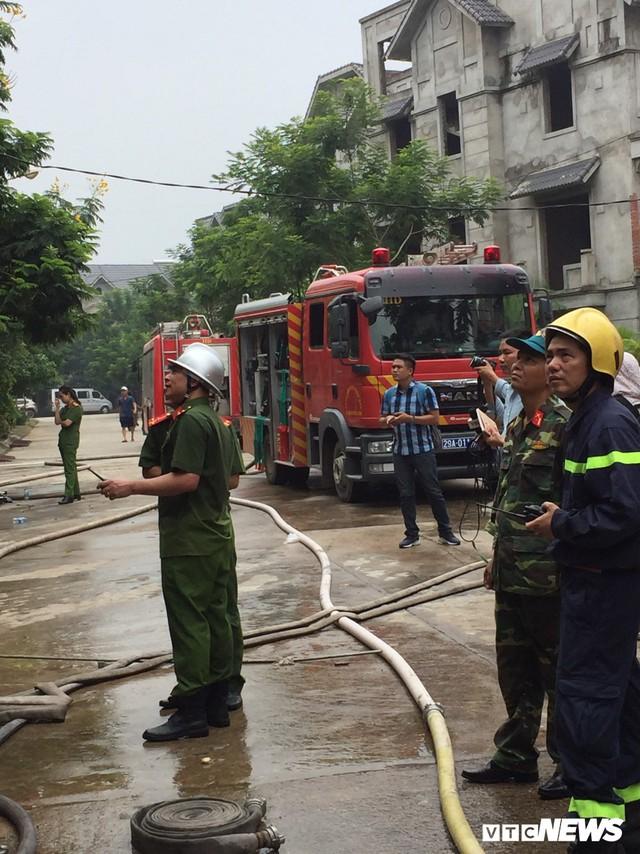 Ảnh: Hiện trường 4 biệt thự gần Thiên Đường Bảo Sơn bị lửa thiêu rụi - Ảnh 3.