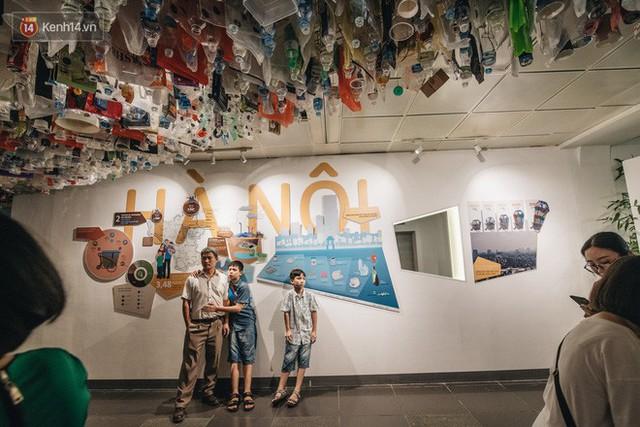 500kg rác thải treo lơ lửng trên đầu: Triển lãm ấn tượng ở Hà Nội khiến người xem ngộp thở - Ảnh 5.