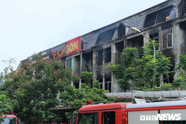 Ảnh: Hiện trường 4 biệt thự gần Thiên Đường Bảo Sơn bị lửa thiêu rụi - Ảnh 6.