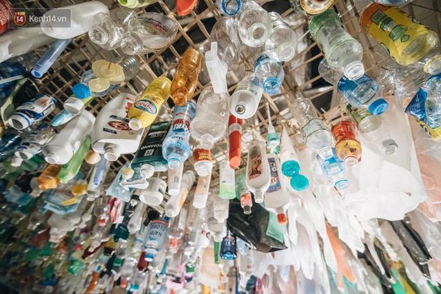 500kg rác thải treo lơ lửng trên đầu: Triển lãm ấn tượng ở Hà Nội khiến người xem ngộp thở - Ảnh 7.
