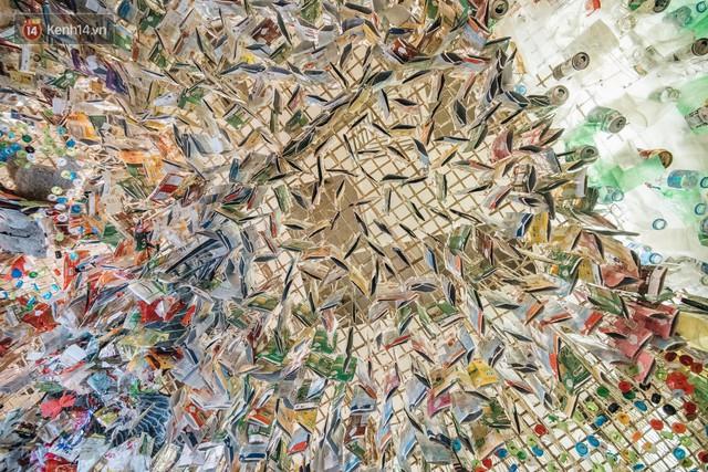500kg rác thải treo lơ lửng trên đầu: Triển lãm ấn tượng ở Hà Nội khiến người xem ngộp thở - Ảnh 8.