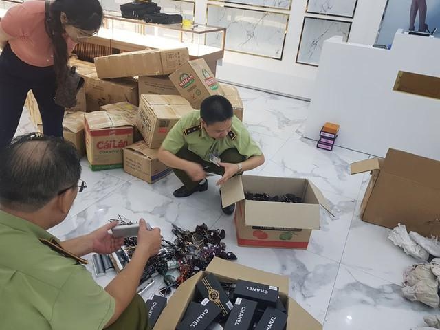Thu giữ hàng nghìn sản phẩm giả nhãn hiệu Rolex, Hermes, Franck Muller... tại Sài Gòn Square - Ảnh 1.