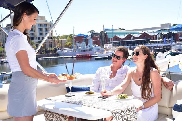 Vén màn cuộc sống làm việc của các tiếp viên trên siêu du thuyền: Mức lương mơ ước 9.000 USD/tháng nhưng phải đáp ứng đủ loại yêu cầu khắt khe! - Ảnh 3.