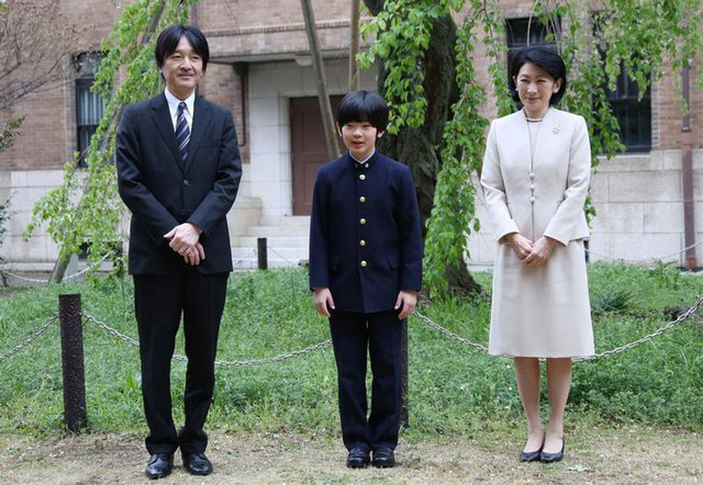 Gia đình Thái tử Nhật Bản đi du lịch: Chồng một mình bay trước, vợ và con trai bay chuyến sau vì lý do nghe xong ai cũng phản đối rầm rầm - Ảnh 1.