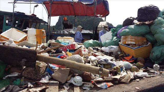 Vịnh Hạ Long: Mỗi ngày vớt 6-7 tấn rác, vớt xong rác lại đầy - Ảnh 1.