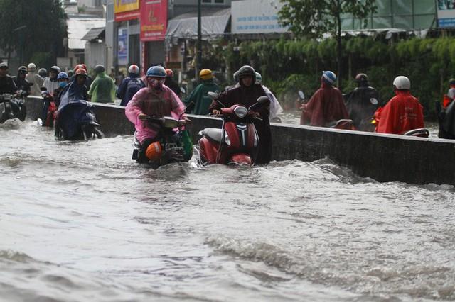Toàn cảnh đường Phạm Văn Đồng trong trận mưa lịch sử  - Ảnh 2.