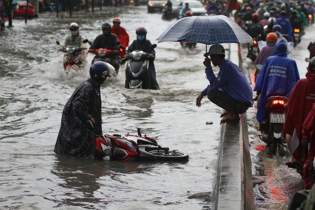 Toàn cảnh đường Phạm Văn Đồng trong trận mưa lịch sử  - Ảnh 4.