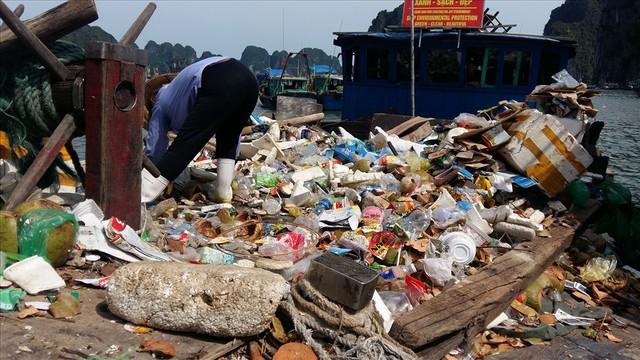 Vịnh Hạ Long: Mỗi ngày vớt 6-7 tấn rác, vớt xong rác lại đầy - Ảnh 7.