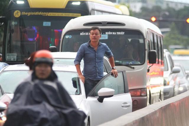 Toàn cảnh đường Phạm Văn Đồng trong trận mưa lịch sử  - Ảnh 7.