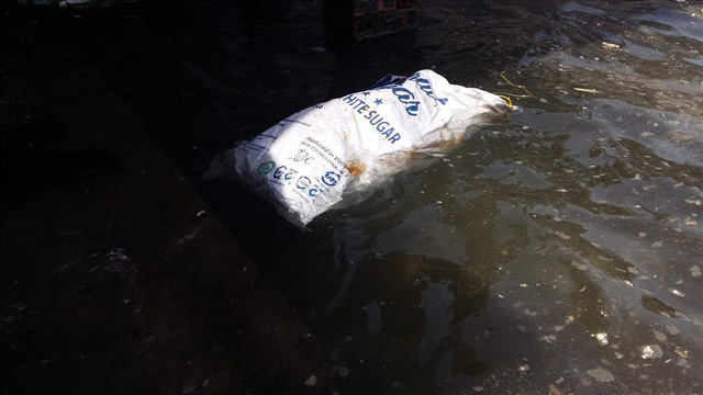 Vịnh Hạ Long: Mỗi ngày vớt 6-7 tấn rác, vớt xong rác lại đầy - Ảnh 8.