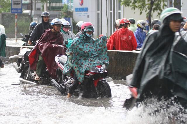 Toàn cảnh đường Phạm Văn Đồng trong trận mưa lịch sử  - Ảnh 8.