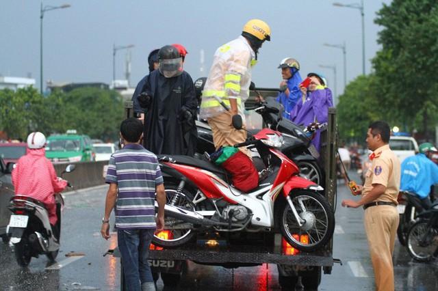 Toàn cảnh đường Phạm Văn Đồng trong trận mưa lịch sử  - Ảnh 9.
