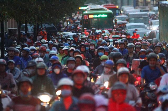 Toàn cảnh đường Phạm Văn Đồng trong trận mưa lịch sử  - Ảnh 10.