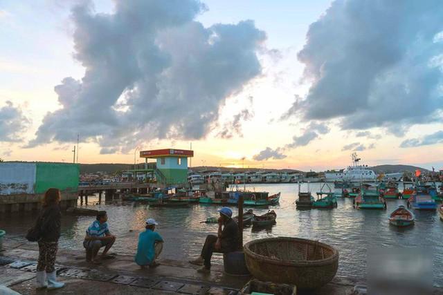 Mãn nhãn tại cảng cá lâu đời ở đảo ngọc Phú Quốc - Ảnh 1.
