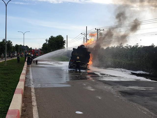 CLIP: Xe ben tông thẳng xe bồn, lửa bốc dữ dội, 2 người bị thiêu cháy trong cabin  - Ảnh 2.