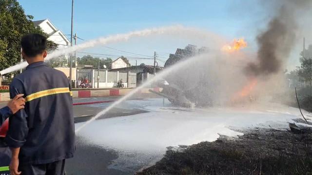 CLIP: Xe ben tông thẳng xe bồn, lửa bốc dữ dội, 2 người bị thiêu cháy trong cabin  - Ảnh 4.