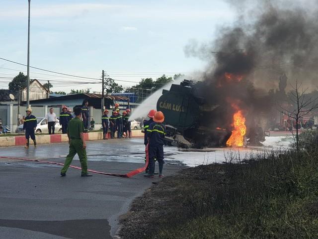 CLIP: Xe ben tông thẳng xe bồn, lửa bốc dữ dội, 2 người bị thiêu cháy trong cabin  - Ảnh 5.