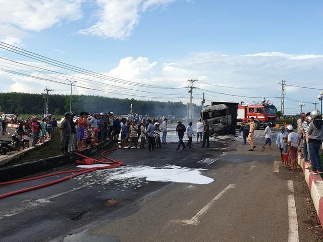 CLIP: Xe ben tông thẳng xe bồn, lửa bốc dữ dội, 2 người bị thiêu cháy trong cabin  - Ảnh 7.