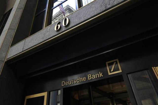 Thảm cảnh của ngân hàng Deutsche Bank: Văn phòng trống trơn, ngổn ngang giấy tờ, nhân viên ra ngoài uống bia dù đang là giữa buổi sáng, sếp thờ ơ không quan tâm - Ảnh 1.