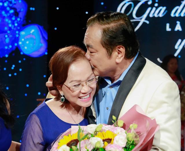 """Chuyện tình nhà Dr Thanh: """"40 năm cuồng phong bão tố, gia đình mình vẫn mãi bình yên"""" - Ảnh 2."""