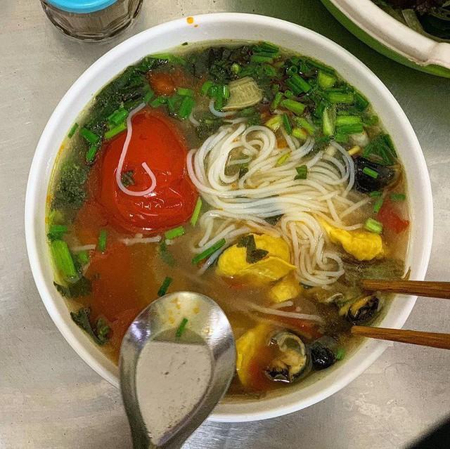Food tour Hà Nội được báo Anh ca ngợi hết lời, đề xuất không thể bỏ qua bánh canh cá rô, bánh cuốn, cà phê - Ảnh 12.