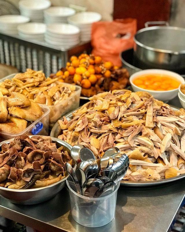 Food tour Hà Nội được báo Anh ca ngợi hết lời, đề xuất không thể bỏ qua bánh canh cá rô, bánh cuốn, cà phê - Ảnh 15.